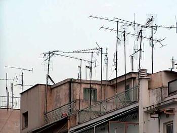 آنتن مرکزی مزایایی مانند جلوگیری از نصب آنتن های متعدد، بر روی پشت بام یا بالکن طبقات را شامل میشود
